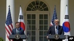 도널드 트럼프 미국 대통령(왼쪽)과 문재인 한국 대통령이 30일 워싱턴 백악관에서 정상회담에 이어 공동언론발표를 하고 있다.