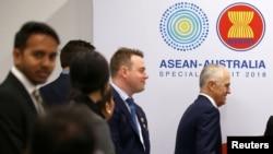 澳大利亞總理特恩布爾(右)峰會期間出席一場活動(路透社)