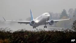 이륙하고 있는 유나이티드 에어라인의 보잉 737 맥스.