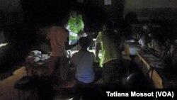 Le décompte des bulletins a lieu dans les bureaux de vote qui viennent de fermer, à Bangui, 30 décembre 2015. VOA/Tatiana Mossot