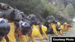 Tiap pemadam mengangkut beban sekitar 27 kg (dok: Yulfiano)