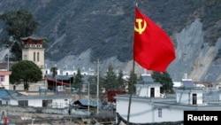 2018年12月24日,中国云南省迪庆藏族自治州茨中村茨中堂附近有一面中国共产党旗帜。