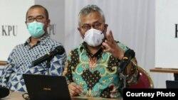 Ketua KPU Arief Budiman saat mengumumkan satu kasus positif, dalam konferensi pers di Gedung KPU RI, Selasa (21/7) sore. (Sumber: Humas KPU)