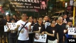 香港支聯會主席何俊仁(右三)7月15日引領悼念劉曉波燭光遊行。 (美國之音記者海彥拍攝 )