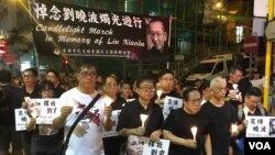 香港支联会主席何俊仁(右三)7月15日引领悼念刘晓波烛光游行。 (美国之音记者海彦拍摄 )