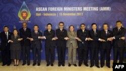 Các ngoại trưởng ASEAN chụp hình lưu niệm tại Bali, Indonesia, ngày 15/11/2011