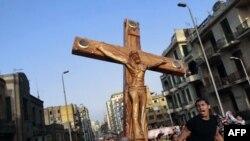Giáo dân Ky-tô ở Ai Cập biểu tình bên ngoài Thánh đường St. Mark phản đối hội đồng quân nhân cầm quyền, sau vụ xô xát gây chết người ở Cairo