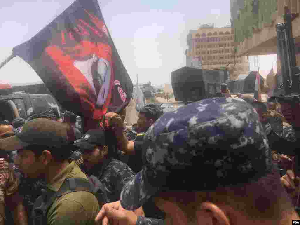 Iraqi troops celebrate in Old Town Mosul, Iraq, July 8, 2017. (K. Omer/VOA Kurdish)