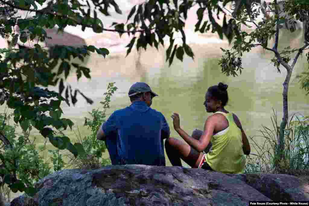 Le président passe du temps avec sa fille Sasha à Great Falls, en Virginie, le 29 juin 2014.