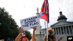 Zagovornici uklanjanja zastave ispred zgrade Kapitola u Kolumbiji, Južna Karolina 9.juli, 2015.