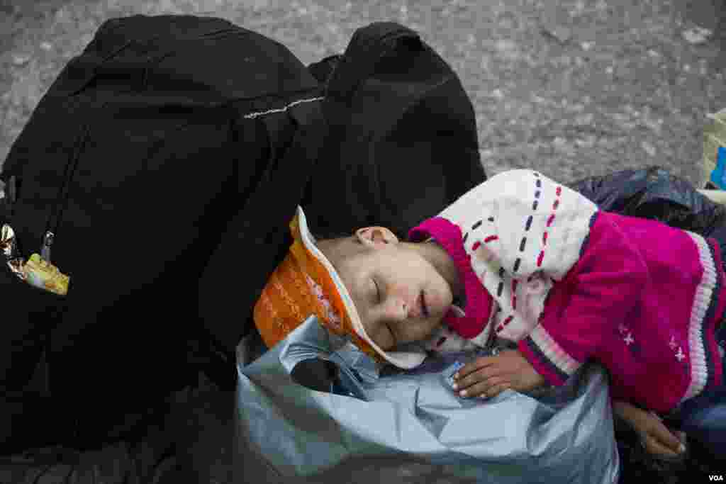 A small child sleeping, Croatia, Sept. 17, 2015. (Ayesha Tanzeem/VOA)