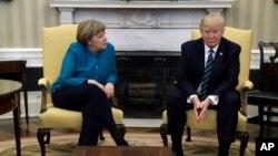 ABŞ prezidenti Donald Tramp Almaniya kansleri Angela Merkeli Ağ Evdə qəbul edərkən (17 mart, 2017)