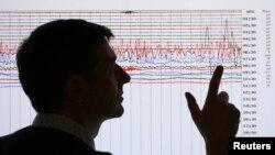 Un sismólogo revisa la gráfica de un movimiento telúrico. Un fuerte sismo sacudió el estado de Maine este martes por la noche.
