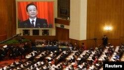 PM China Wen Jiabao (tampak pada layar TV) memberikan pidato di depan parlemen China di Beijing, Selasa (5/7).