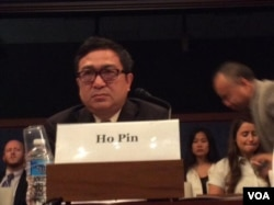 明镜新闻出版集团总裁何频在国会作证(美国之音杨晨拍摄)
