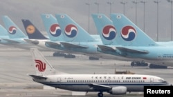 Các máy bay của hãng Korean Air và Lufthansa đậu phía sau một chiếc Air China Boeing 737-300, tại phi trường Incheon International Airport. Hình minh họa. (REUTERS/Jo Yong-Hak)