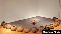 ស្នាដៃឈ្មោ«Full Circle» ដោយអ្នកនាង Amy Lee Sanford មានរាងកោង ធ្វើពីដីឥដ្ឋ កាវ ខ្សែ ធ្វើនៅក្នុងឆ្នាំ២០១៦។ (Courtesy photo/Amy Lee Sanford និង Incube Arts)