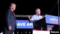 Le membre du Congrès Jody Hice (R-GA), actuellement candidat au poste de secrétaire d'État de Géorgie, est vu sur scène avec l'ancien président américain Donald Trump lors d'un rassemblement à Perry, Géorgie, États-Unis, le 25 septembre 2021.