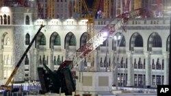 Chiếc cần cẩu khổng lồ đã đổ ập xuống Đại Giáo Đường trong lúc các tín đồ dự lễ cầu nguyện ngày thứ sáu.