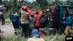 Basungi ya Croix rouge bazali kolokota nzoto ya bawei na bobomami ya ba ADF na Manzalaho, pene na Beni, 18 février 2020.