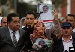 معترضان از جمله «توکل کرمان» برنده یمنی جایزه نوبل صلح در مقابل کنسولگری عربستان در استانبول خواستار پاسخ درباره مفقود شدن این روزنامه نگار هستند.
