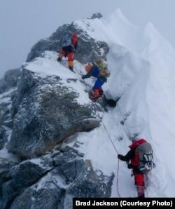 អ្នកស្រី Alison Levine (អាវពណ៌ខៀវ) អ្នកឡើងភ្នំជនជាតិអាមេរិកនៅលើកំពូលភ្នំ Everest។