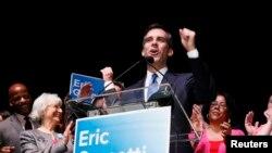 Eric Garcetti dirige un discurso la noche del martes, luego de saber de la ventaja que tenía frente a su oponente.