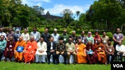 Para pemuka agama Budha dan Islam berpose bersama di komplek candi Borobudur setelah selesai pertemuan tingkat tinggi, Rabu 4/3 (foto: VOA/Munarsih).