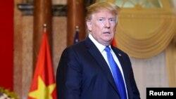 Nhiều tổ chức gửi 1 bức thư chung kêu gọi Tổng thống Donald Trump, trong bức ảnh chụp ngày 27/2 tại Hà Nội, thúc giục chính phủ Cộng sản Việt Nam ngừng đàn áp những người tổ chức cuộc thăm dò dư luận kiện Trung Quốc về Biển Đông.