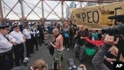 10月1号纽约警察阻止反华尔街抗议人士走进布鲁克林桥上的机动车道