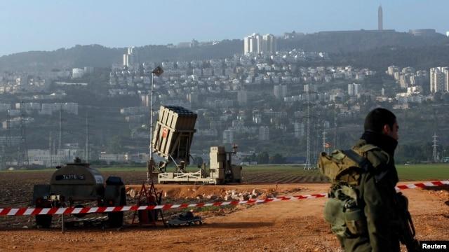 """Izraelski vojnik na straži kraj baterije raketnih presretača tipa """"Gvozdena kupola"""", nedaleko od severnog izraelskog grada Haife"""