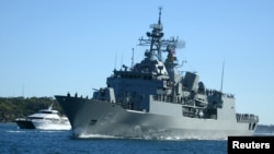 """澳大利亞海軍""""帕拉馬塔號""""護衛艦駛入悉尼港口。"""