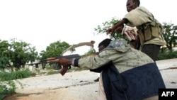 Các phần tử nhóm al-Shabab nhắm bắn binh sĩ chính phủ Somalia trên đường phố của Mogadishu