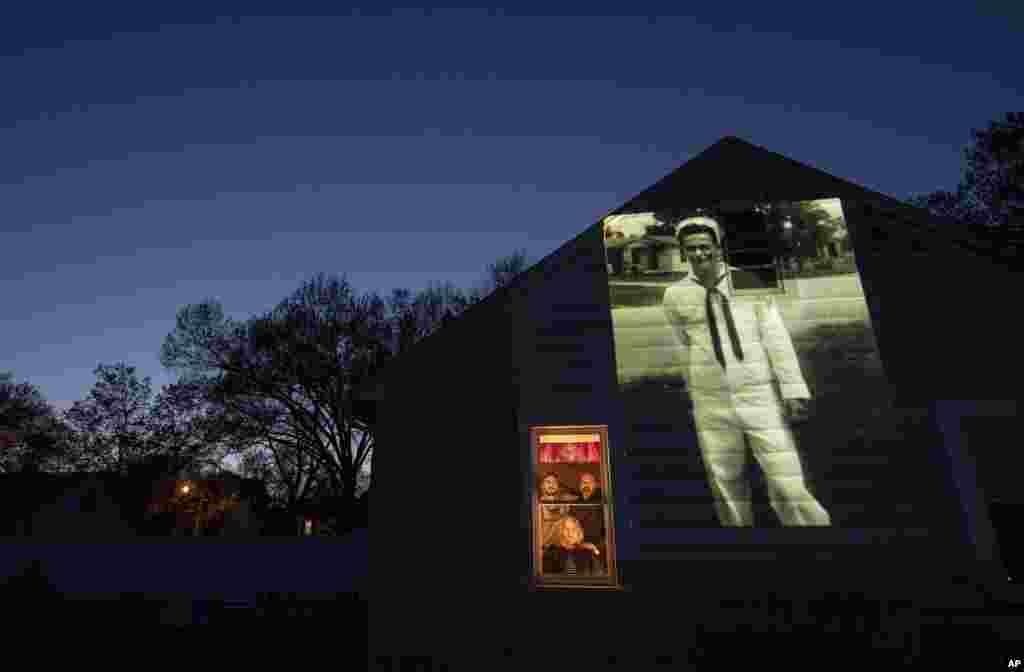 Образ ветерана ВМС США Джеймса Мандевилла на доме его дочери Лори в Спрингфилде, штат Массачусетс. Мандевиль умер от COVID-19 в возрасте 83 лет (фото: AP/David Goldman)