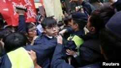 지난 2014년 3월 홍콩의 민주화를 요구한 이른바 '우산혁명' 당시 조슈아 웡 데모시스코당 비서장(가운데)이 경찰과 몸싸움을 벌이고 있다.