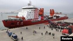 """2011年11月3日中国破冰船""""雪龙号""""在天津停靠。"""