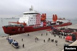 """2011年11月3日中国破冰船""""雪龙""""号停靠在天津。"""