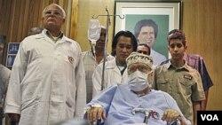 Pembom Lockerbie, Abdel Baset al-Megrahi (tengah), saat dipulangkan ke Libya oleh Skotlandia setelah didiagnosa mengidap kanker gawat (foto: dok.).