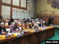 Menteri Perdagangan Agus Supramanto dan Wakil Menteri Perdagangan Jerry Sambuaga saat menghadiri Rapat dengan Komisi VI DPR RI, di Gedung DPR RI, Jakarta. (Foto: VOA/Ghita)