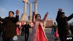 지난 24일 북한 평양에서 김정일 국방위원장 최고사령관 추대 28주년을 기념하는 청년학생들의 무도회가 열렸다.