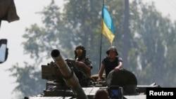 Tentara Ukraina siaga di Ukraina timur (foto: dok). Amerika menuduh Rusia menembaki posisi-posisi militer Ukraina di Ukraina timur.