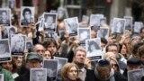 خۆپێشاندانی خەڵکی ئارژانتین لە ٢٥ ساڵوەگەڕی تەقینەوە ناوەندی جوولەکەکان لە ١٩٩٤ی زاینی. وێنە: ئاسۆشیەتێدپرێس، پێنجشەمە ١٨ی مانگی ٧ی ٢٠١٩