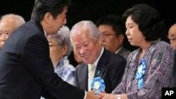 아베 신조 일본 총리(왼쪽)가 지난해 9월 일본의 납북자 피해 가족들과 만나, 문제 해결을 위한 정부의 노력을 약속했다. (자료사진)
