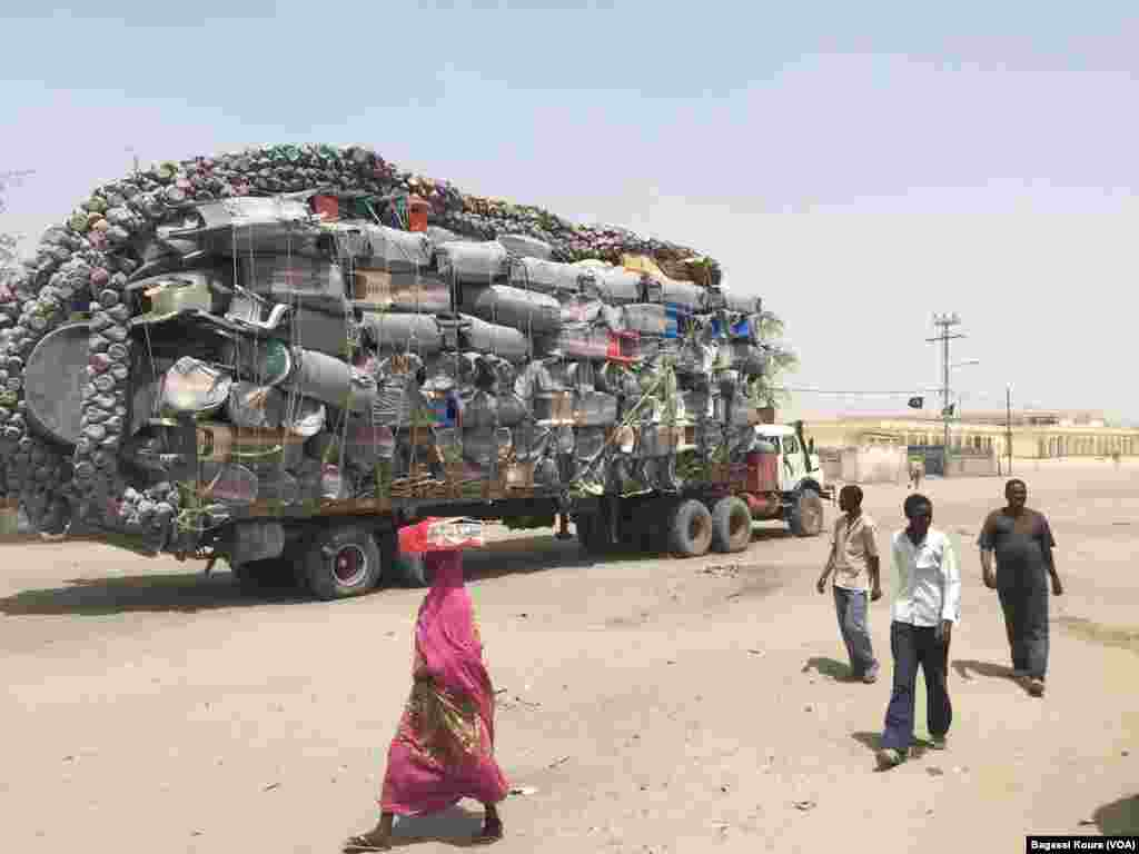 Un camion surchargé traversant le centre de Bol, Tchad, 1er avril 2016. (Photo voa Bagassi Koura)
