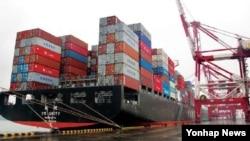 중국 주요 무역항의 하나인 칭다오항에서 크레인이 화물 컨테이너를 옮겨 싣고 있다(자료사진)