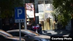 一名河南女记者带着保姆和双胞胎进京向国家发改委高官催讨赡养费(当事人提供)