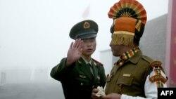 Tư liệu:Một binh sĩ Trung Quốc trực diện với một binh sĩ Ấn Độ tại chốt biên giới Nathu La giữa Án độ và TQ. (Photo by DIPTENDU DUTTA / AFP)