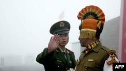 资料照片:乃堆拉山口过境口岸的中印士兵。(2008年7月10日)