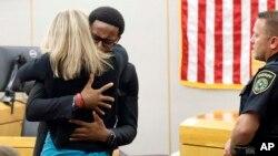 Mlađi brat Botama Džina grli bivšu policajku iz Dalasa Amber Gajger nakon što joj je izrečena desetogodišnja kazna zatvora