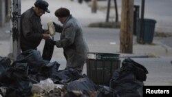 Stanovnici Njujorka uzimaju hranu iz kesa bačenih iz poplavljenih prodavnica u Bruklinu